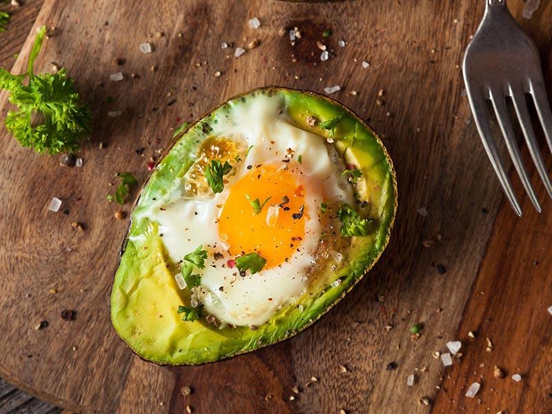 Trứng nướng với quả bơ