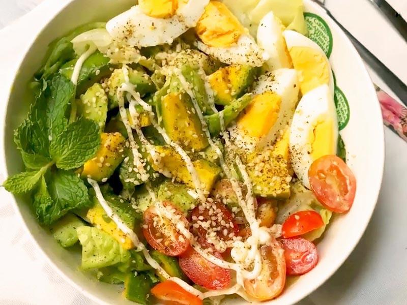 Salad bơ với thịt nguội và trứng