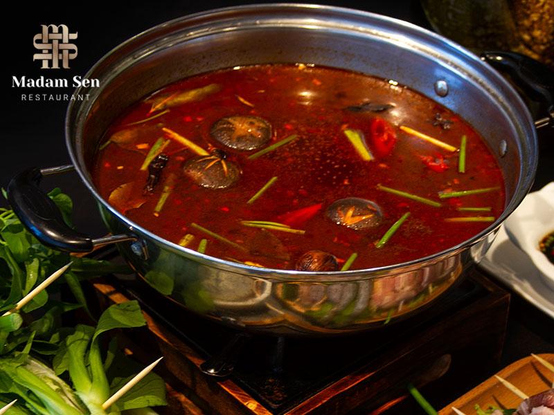 Nguyên liệu làm nên nước lẩu rất cầu kỳ và phong phú, tạo nên đặc trưng riêng của món ăn